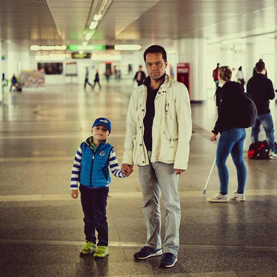 Mann mit Kind an der U Bahnstation